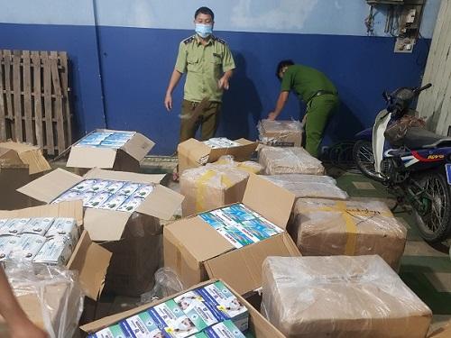An Giang: Tạm giữ gần 75.000 chiếc khẩu trang và gần 1 tấn quần áo đã qua sử dụng