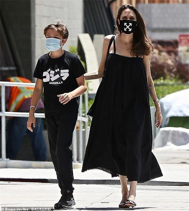 Angelina Jolie đeo khẩu trang họa tiết khác lạ giá 105 USD - Ảnh 1.