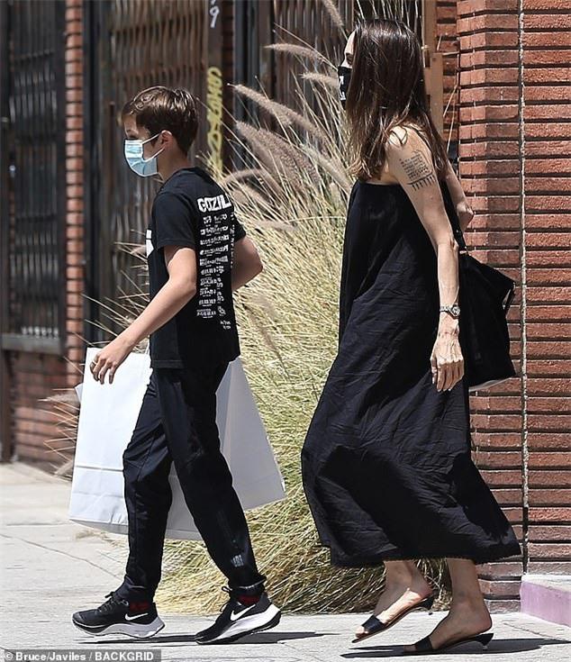 Angelina Jolie đeo khẩu trang họa tiết khác lạ giá 105 USD - Ảnh 2.