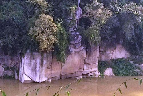 Giải thiêng lời nguyền từ 'tảng đá bướu cổ'