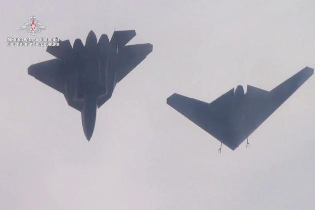 Tiêm kích tàng hình Su-57 bay cùng UAV tấn công S-70 Okhotnik. Ảnh: Bộ Quốc phòng Nga.