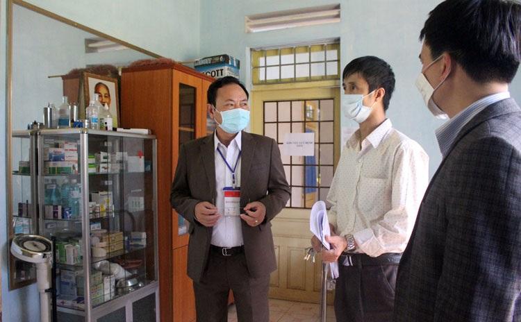 Phó Chủ tịch UBND tỉnh Lâm Đồng Nguyễn Văn Yên kiểm tra phòng y tế tại điểm thi Trường THPT Đức Trọng (Ảnh: Báo Lâm Đồng).