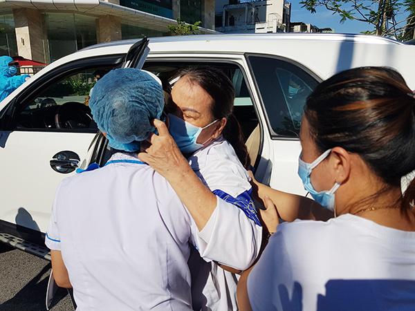 Nụ hôn xúc động của bệnh nhân rời Bệnh viện C Đà Nẵng sau khi kết thúc phong tỏa