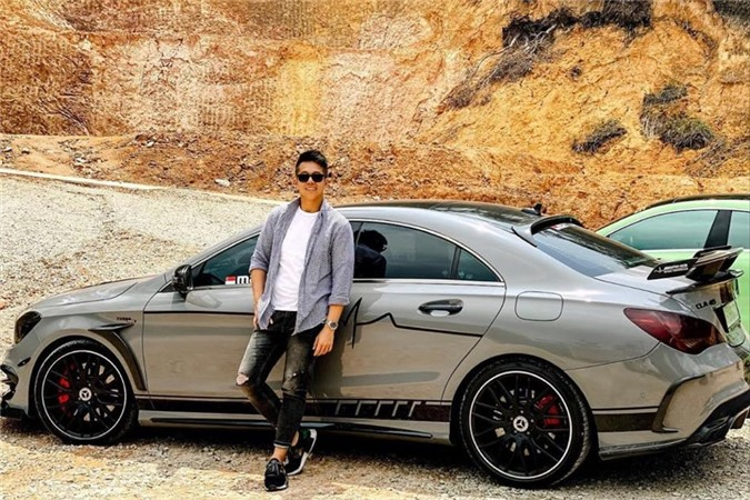 Anh cũng đam mê tốc độ và sở hữu một bộ sưu tập xe hạng sang.