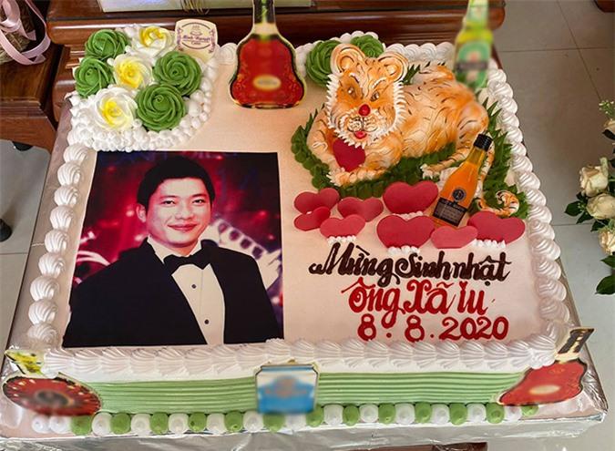Vợ doanh nhân đặt làm một chiếc bánh kem lớn ghi chữ Mừng sinh nhật ông xã iu tặng nam diễn viên.