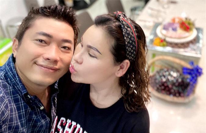 Kinh Quốc và vợ đại gia kết hôn hơn 10 năm, tình cảm vẫn mặn nồng. Họ có một con gái chung đã 6 tuổi.