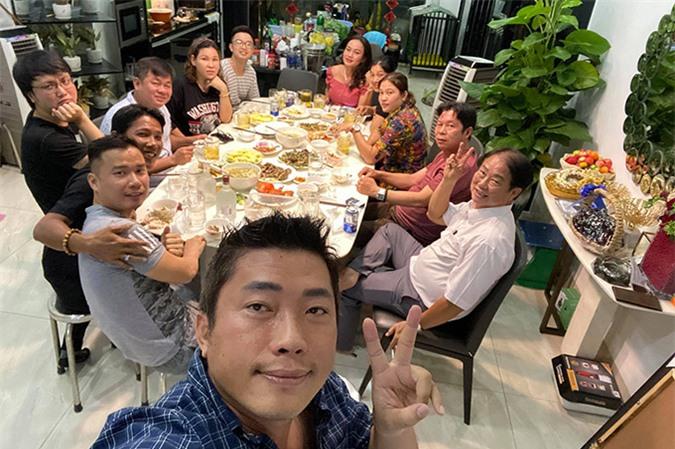 Ngày 8/8 là sinh nhật Kinh Quốc nhưng anh làm tiệc sớm một hôm vào tối 7/8 để tối nay sang ăn mừng tuổi mới của người bạn thân.
