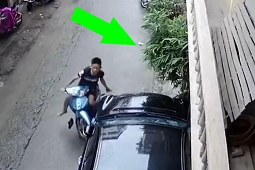 Thanh niên nhận 'quả báo' ngay lập tức sau khi vứt khẩu trang bừa bãi ngoài đường