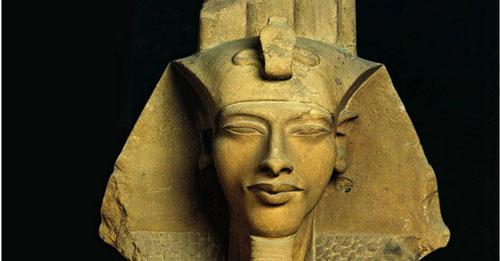 Đầu tượng pharaoh Akhenaten được khai quật ở Ai Cập.