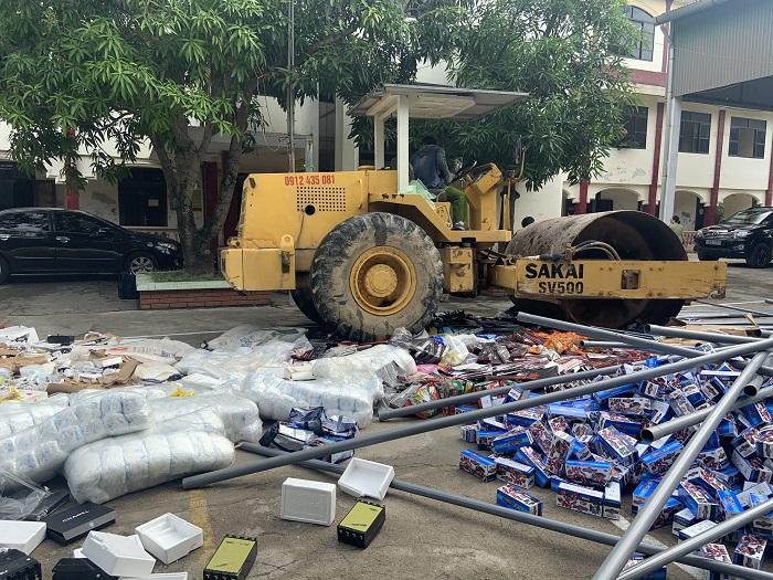 Hàng hóa bị bắt giữ đang được tiến hành tiêu hủy