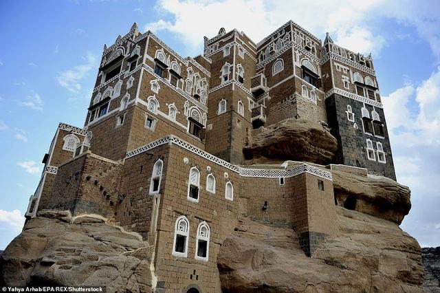 """Tòa lâu đài cao 5 tầng Dar al-Hajar nằm trong một thung lũng có cảnh quan đẹp huyền hoặc, công trình như thể """"mọc ra"""" từ một trụ đá cao ngất."""