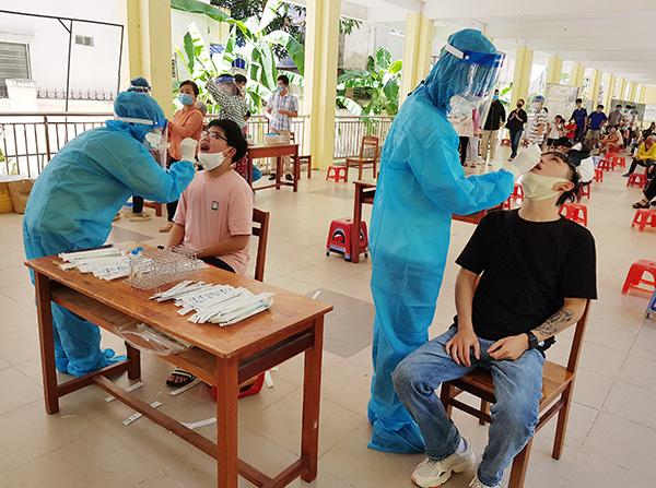 Đà Nẵng lấy mẫu xét nghiệm cho hơn 620 du khách trước khi trở lại TP.HCM