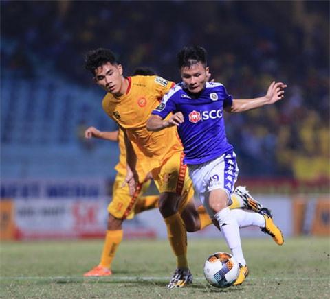 Quang Hải (trước) tung hoành trong màu áo Hà Nội FC tại V.League Ảnh: Đức Cường