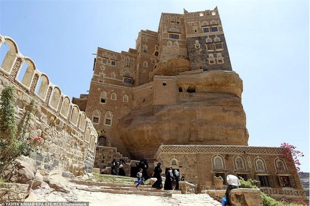 """Chiêm ngưỡng công trình lâu đài """"mọc"""" lên từ trụ đá - Ảnh minh hoạ 3"""