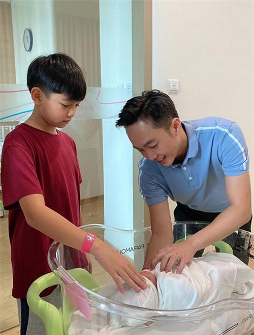 Cường Đô La và con trai riêng Subeo ngắm bé Suchin mới sinh, sáng 9/8.