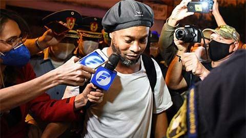 Ronaldinho bình thản ra tù, trở lại Brazil