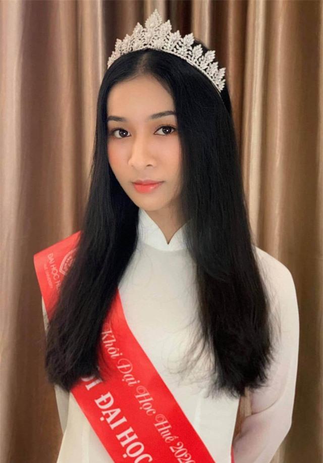 Vẻ đẹp chuẩn con gái Huế của thí sinh Hoa hậu Việt Nam 2020 - Ảnh 4.