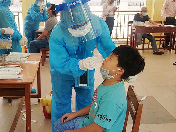 Việc lấy mẫu dịch họng, dịch mũi lúc đầu có hơi khó chịu...