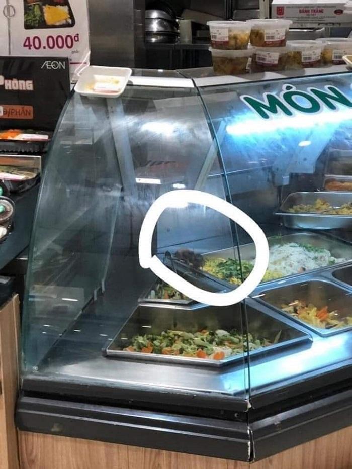 """Hình ảnh 2 con chuột đang """"dạo chơi"""" trong tủ thức ăn được anh B chụp lại"""