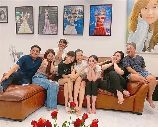 Trong hình ảnh mới nhất chụp tối 7/8, MC Hoàng Oanh (thứ 4 từ phải sang) dần về lại thân hình thon gọn sau sinh nở. Cô còn tự tin diện váy ngắn sang nhà Hoàng Yến (thứ 4 từ trái sang) để ăn uống cùng êkíp phim Tháng năm rực rỡ.