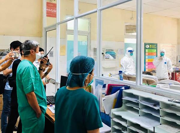 Thứ trưởng Bộ Y tế Nguyễn Trường Sơn, Trưởng Bộ phận thường trực đặc biệt phòng, chống dịch Covid-19 của Bộ Y tế tại TP Đà Nẵng gọi bộ đàm động