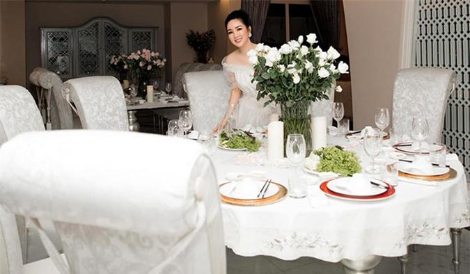 [Caption]Tự tay cắm Hoa và vào bếp làm các món con thích, để cùng bà và các cô chúc mừng SN con gái yêu. Vì mẹ biết con thích giản dị, ấm áp không phô trương.