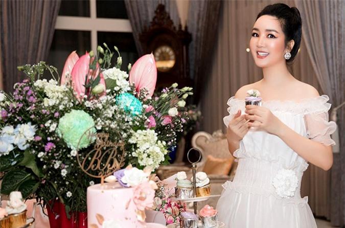 Giáng My diện váy trắng, khoe vai trần gợi cảm và nhan sắc không tuổi trong buổi tiệc của con gái cưng.