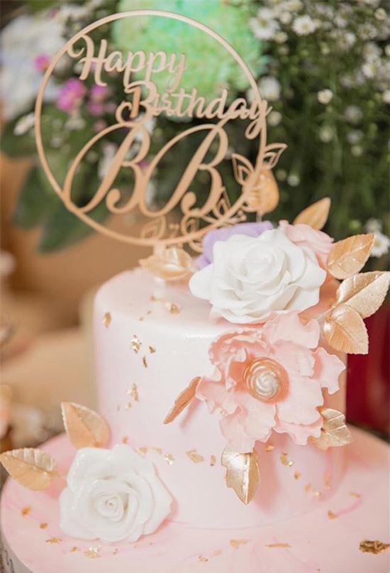 Cô đặt bánh kem gam hồng nhạt, trang trí hoa hồng đúng sở thích của Anh Sa.