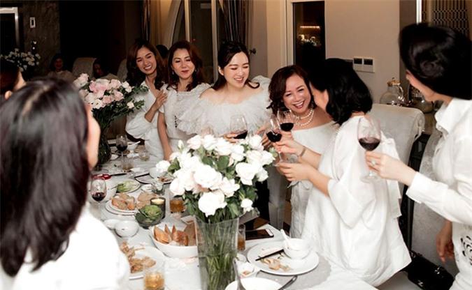 Con gái Giáng My nâng ly uống mừng tuổi mới cùng gia đình và những người bạn của mẹ.
