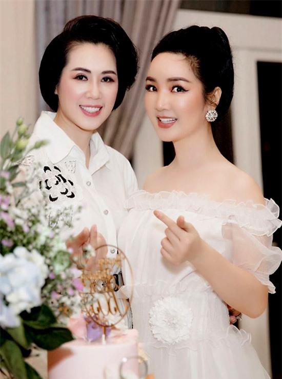 Á hậu Việt Nam 1992 Vi Thị Đông (trái) là bạn thân của Giáng My nhiều năm nay.