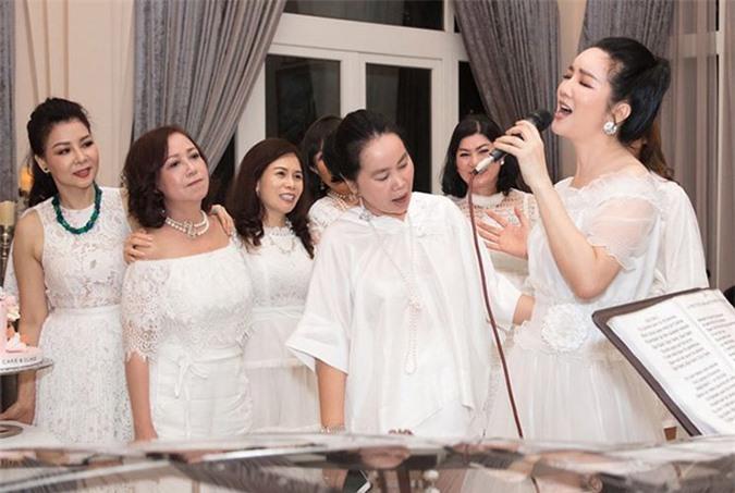 Hoa hậu đền Hùng ngẫu hứng khoe giọng hát trong buổi tiệc sinh nhật con.