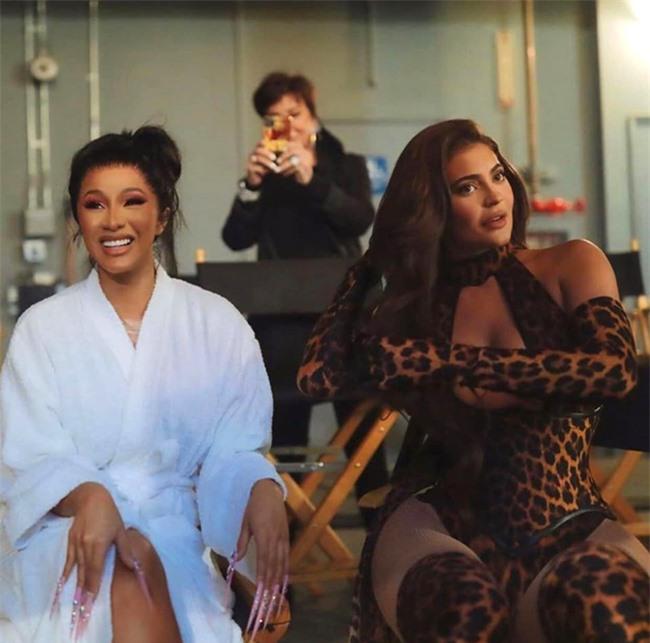 Cardi B (trái) bảo vệ quyết định mời Kylie Jenner đóng MV.