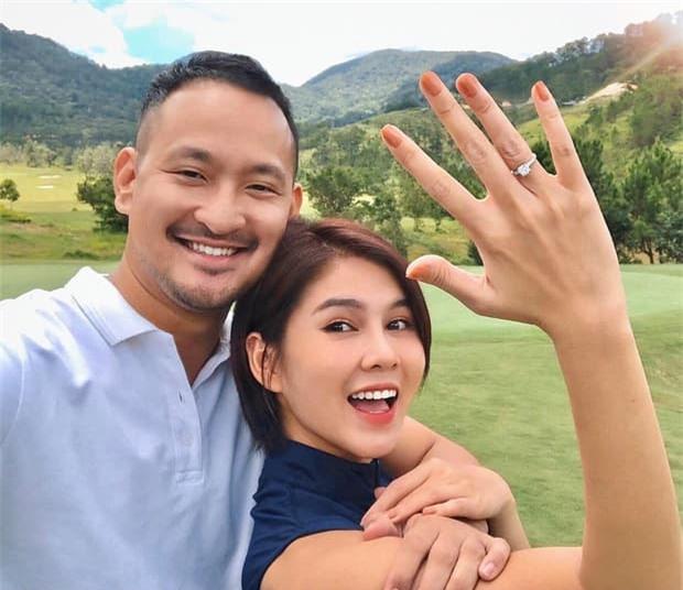 Sau màn cầu hôn bằng nhẫn kim cương khủng, MC Thu Hoài 'thả thính' khoảnh khắc như ảnh cưới 0
