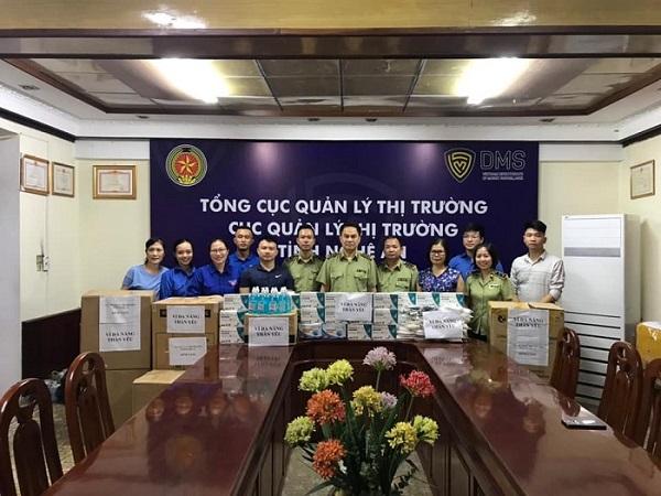 Quản lý thị trường ủng hộ 21.000 khẩu trang cho 3 tỉnh đang căng mình chống dịch Covid-19