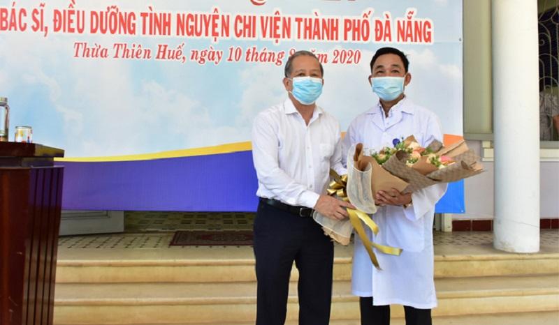 Bác sĩ Phan Văn Quý, Phó Giám đốc Bệnh viện Phổi tỉnh Thừa Thiên Huế, đại diện Đoàn công tác nhận hoa của Chủ tịch tỉnh và hứa quyết tâm thực hiện tốt nhiệm vụ, làm hết sức mình để hỗ trợ Đà Nẵng phòng chống dịch.