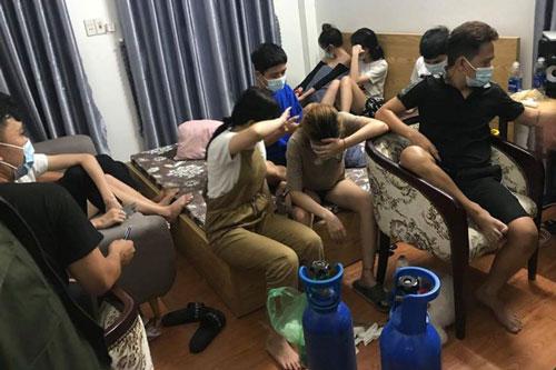 Đà Nẵng: Thành phố chống dịch, nhóm nam nữ vẫn tụ tập hút bóng cười