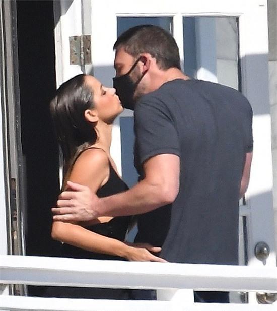 Ana de Armas hạnh phúc hôn Ben Affleck trong khi cô nghỉ giải lao giữa quá trình quay phim ở Malibu.