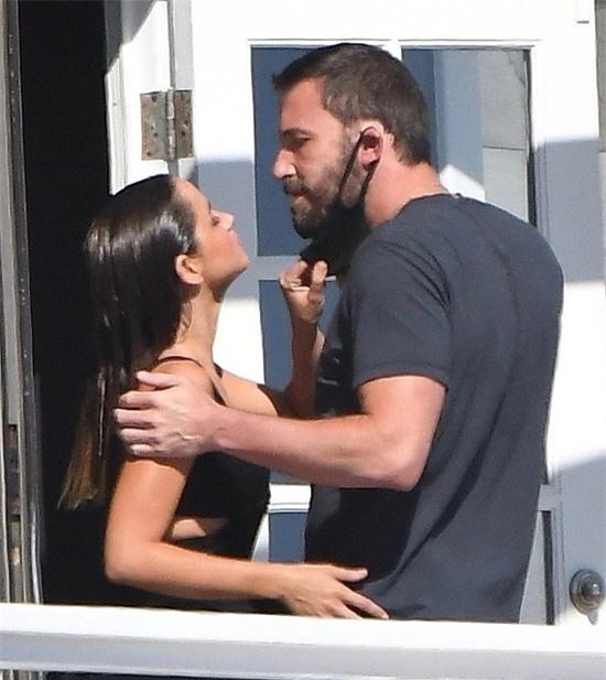 Người đẹp 32 tuổi kéo khẩu trang của Ben để được hôn anh thực sự.