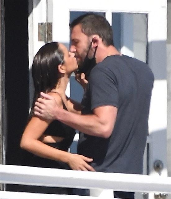 Cặp đôi đã không thể tách rời trong suốt 5 tháng vừa qua. Hai người vốn cách ly cùng nhau tại nhà Ben Affleck từ khi hẹn hò vào tháng 3.