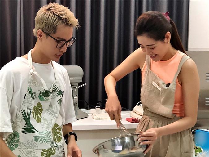 tưởng làm bánh xuất hiện khi Khánh Vân thấy mẹ cặm cụi trong bếp chuẩn bị bữa sáng cho cả nhà. Cô quyết định tặng mẹ chiếc bánh do chính tay con gái làm. Thế là cô liên hệ nhờ một người bạn hướng dẫn cách làm bánh kem.