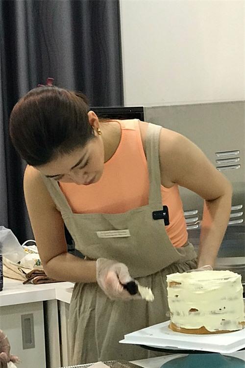 Biết mẹ không thích ăn nhiều kem, Khánh Vân dát lớp kem mỏng xung quanh. Cô cố tình để lộ phần vân bánh bên trong vì mẹ thích như vậy.