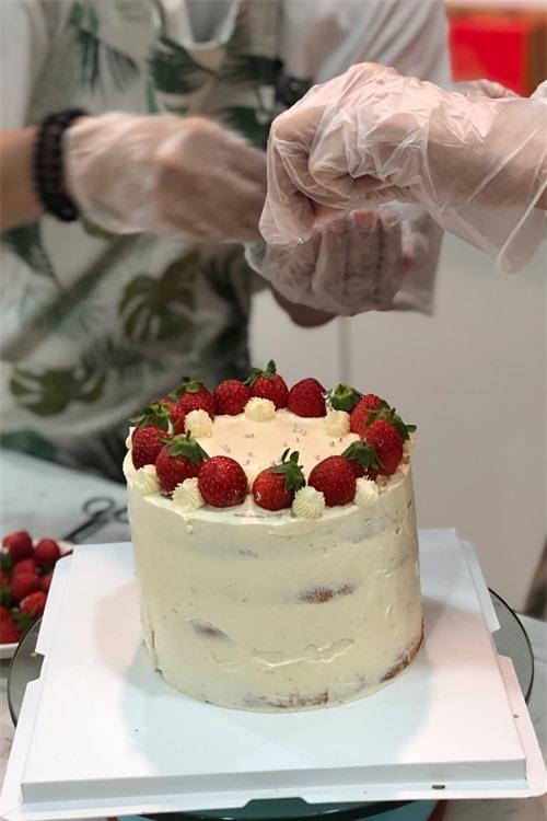 Khánh Vân chọn dâu là nguyên liệu trang trí chính, cô bật mí mẹ thích vị chua chua của dâu, ăn kết hợp với bánh kem sẽ không ngán.