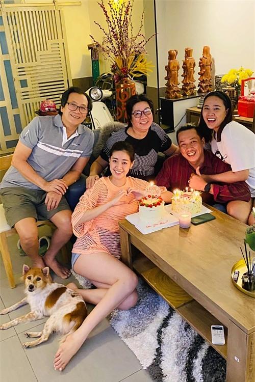 Năm nay, cả gia đình Khánh Vân mừng sinh nhật mẹ tại nhà ở quận Bình Tân, TPHCM. Đã thành thông lệ, mỗi dịp sinh nhật các thành viên trong gia đình là cả nhà cô lại quây quần, tụ họp bên nhau.
