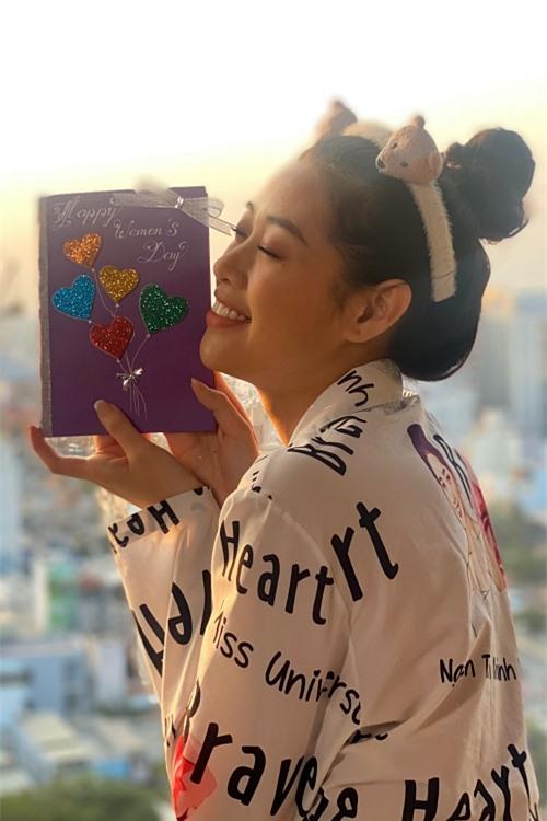 ồi tháng 03/2020, hoa hậu Khánh Vân từng làm thiệp tặng mẹ chúc mừng ngày 08/03. Cô chia sẻ: Mẹ Vân thường nói vui là thôi, tặng quà làm gì, tặng tiền là mẹ vui rồi. Nhưng những món quà mà Vân tặng, mẹ giữ gìn kỹ lắm.
