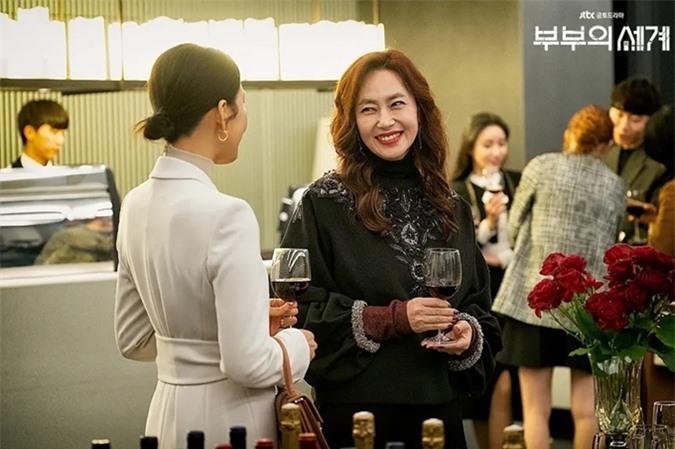 Kim Sun Kyung vào vai phu nhân chủ tịch trong Thế giới hôn nhân.