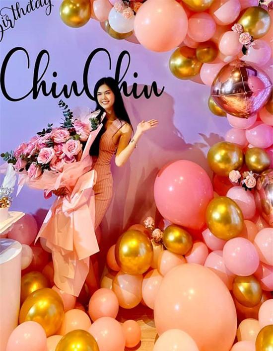 Á hậu Áo dài Việt Nam Thế giới 2017 diện váy bó khoe vóc dáng gợi cảm và nhan sắc xinh tươi, đầy sức sống.