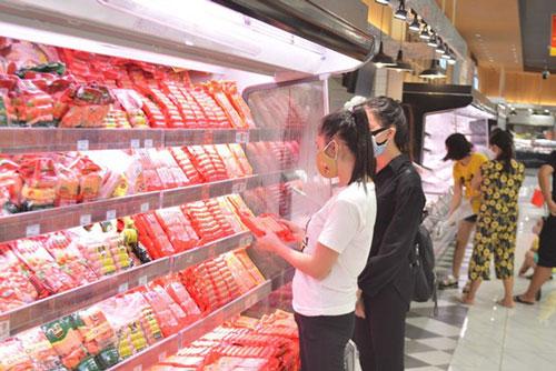 Kiểm tra dự trữ hàng hóa tại một siêu thị. (Ảnh: TTXVN)