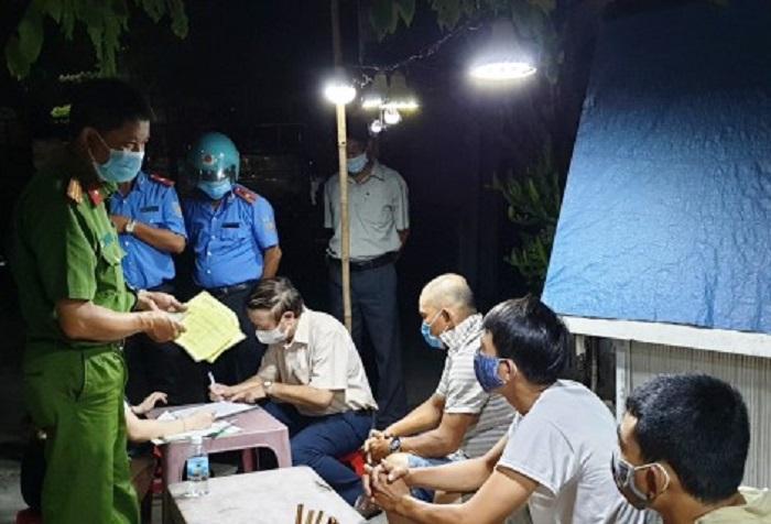 Các lực lượng chức năng tỉnh Thừa Thiên Huế làm việc với 3 lái xe (ngồi ngoài cùng bên phải) khai báo không trung thực để trốn cách ly y tế.