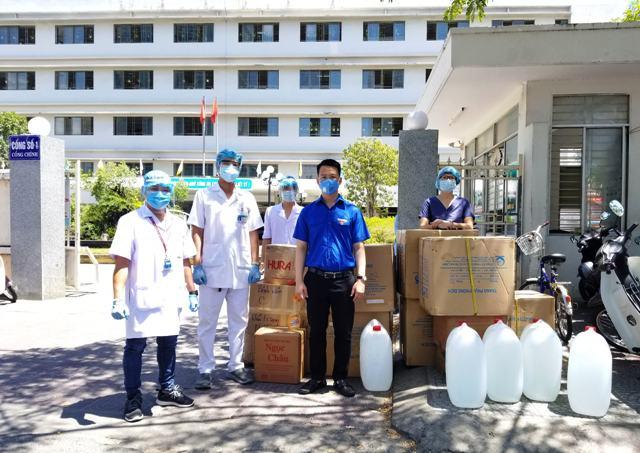 Tặng 4.700 bộ đồ bảo hộ y tế cho các bệnh viện, trung tâm y tế ở Đà Nẵng