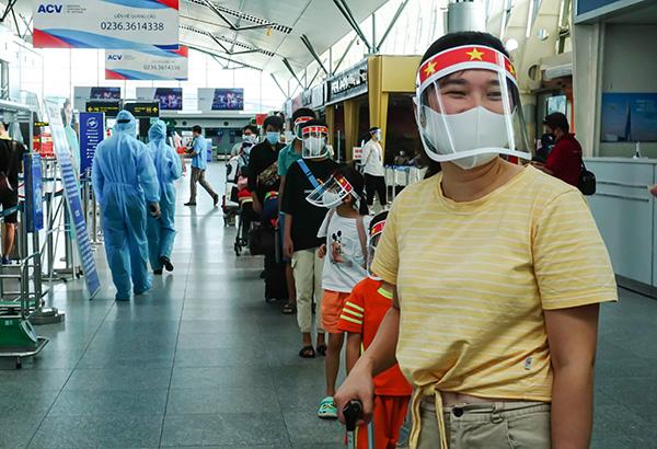 Chùm ảnh Giám đốc Sở du lịch Đà Nẵng tiễn khách mắc kẹt do giãn cách xã hội về lại Hà Nội